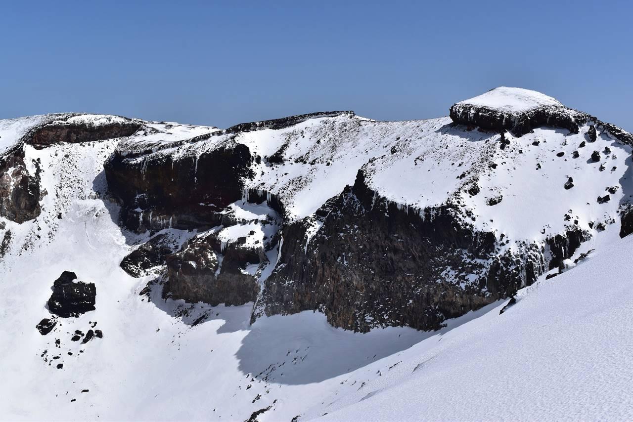 富士山・山頂火口の大岩壁
