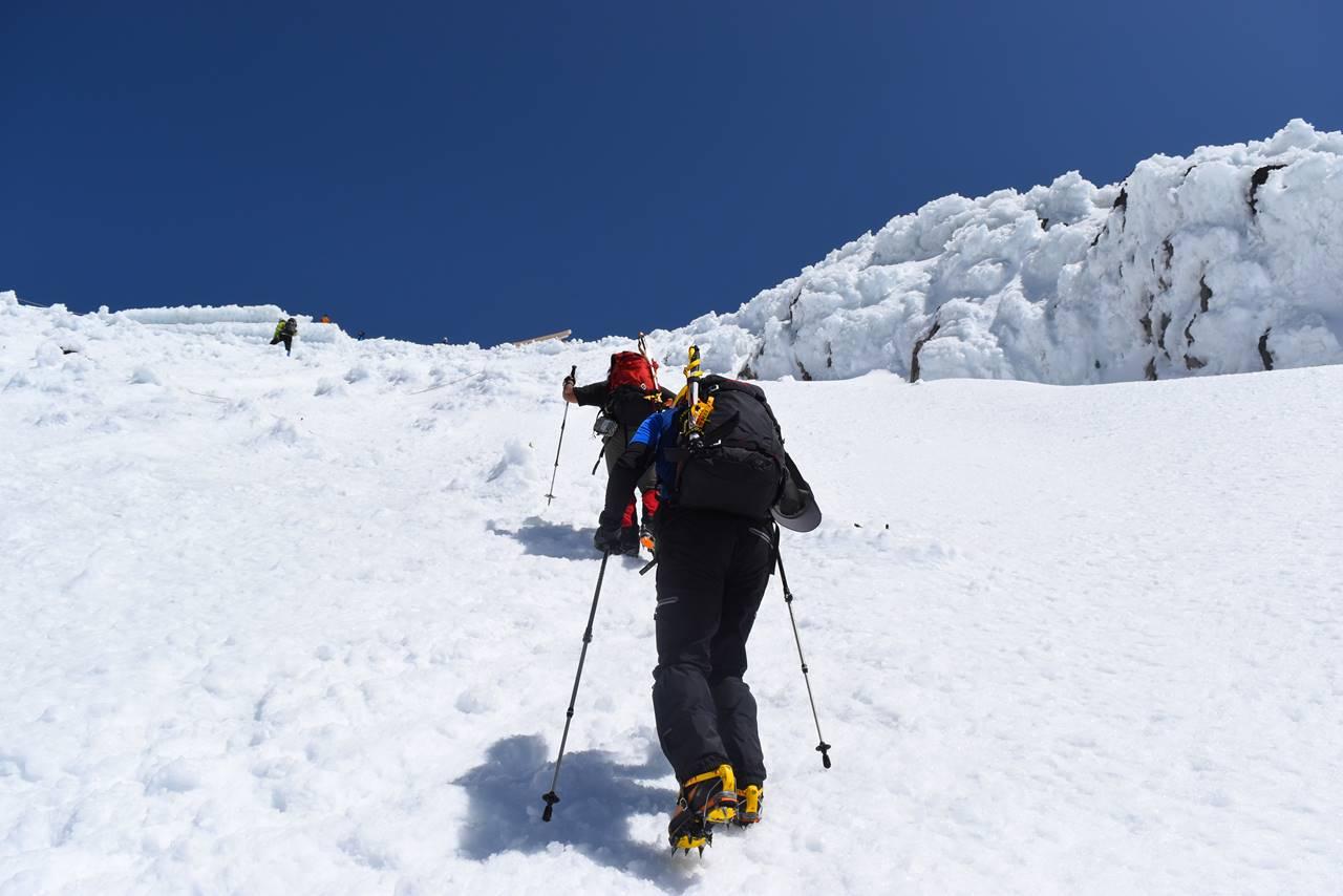 残雪の富士登山 山頂へ