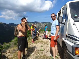 Arrivée à l'embranchement sur la piste de Luviu : les participants et le bus pour le retour