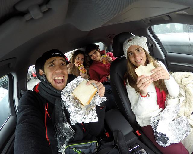 Todos en el coche comiendo bocadillos
