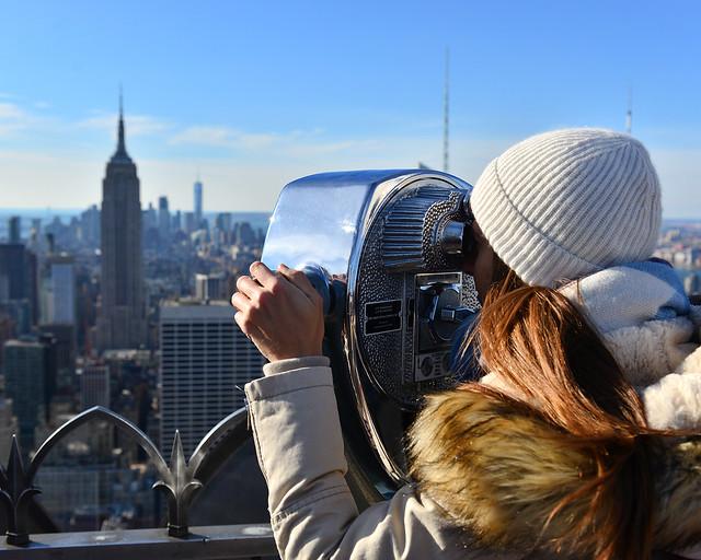 Mirando por los prismáticos del mirador del Top of the Rock