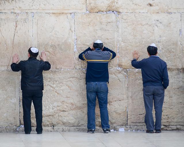 Judíos en el muro de las lamentaciones