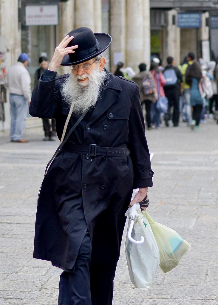 Judio ortodoxo caminando desde David Street en Jerusalén
