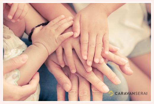 家族4人の手を重ねてアップ写真