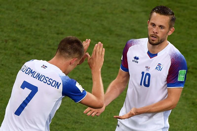 冰島主將Gylfi Sigurdsson(右)和隊友Johann Gudmundsson慶祝進球。(AFP授權)
