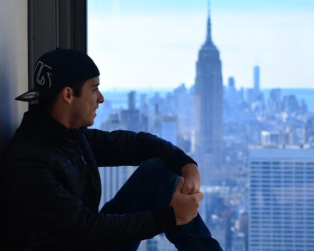 Diario de un Mentiroso junto al Empire State en uno de los ventanales del Top of the Rock