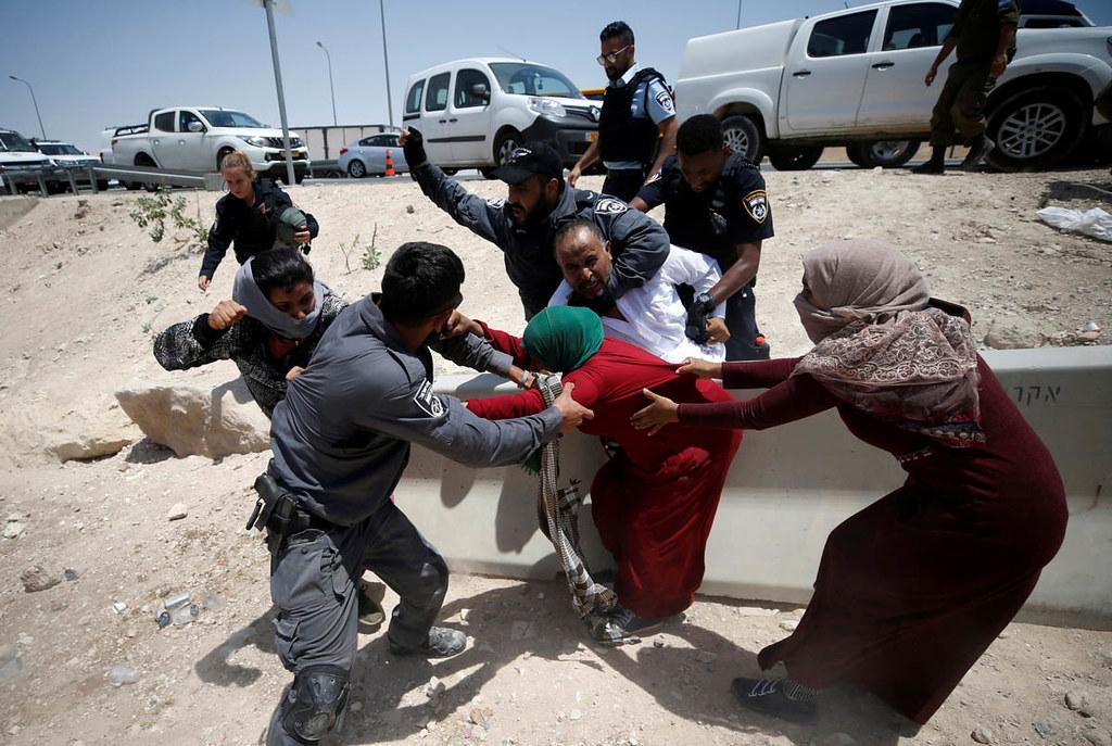 以色列警方試圖拘押卡爾阿赫瑪村的巴勒斯坦婦女。(圖片來源:MOHAMAD TOROKMAN/REUTERS)