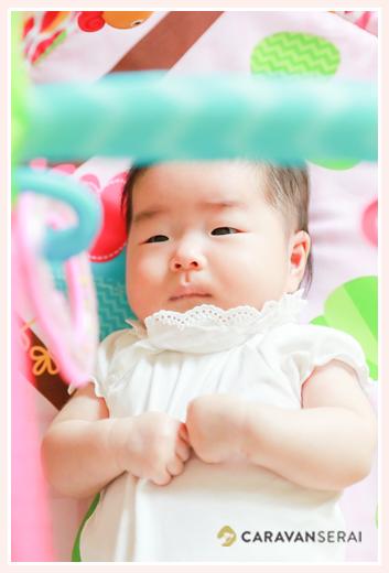 おもちゃのメリーを見つめる赤ちゃん