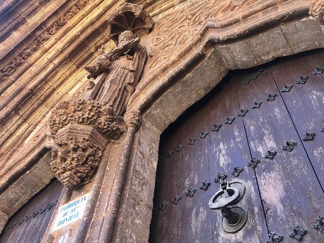 Pórtico de la iglesia de la Trinidad y Santa María en Alcaraz