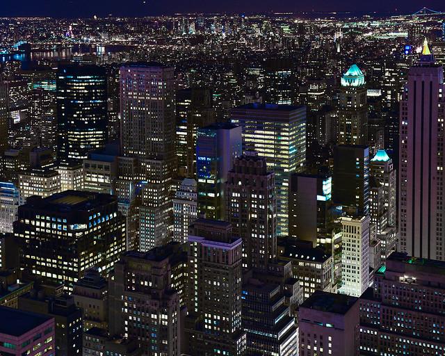 Rascacielos de Nueva York iluminados en la noche