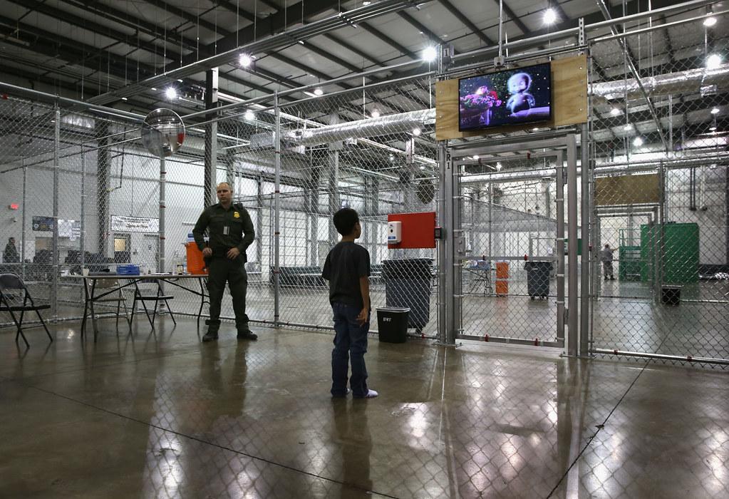 一名宏都拉斯的小孩于美国德州的拘留所内观看电视。(图片来源:John Moore/Getty Images)