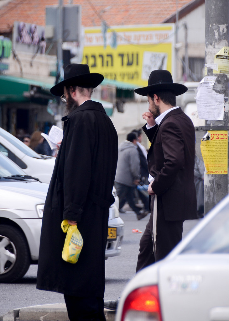 Judíos ortodoxos caminando por Jerusalén