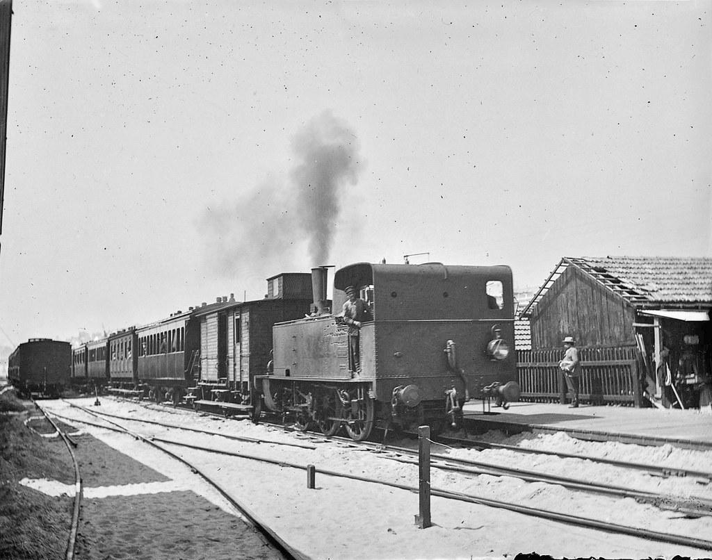 Chegada ao Caes do Sodré do primeiro comboio que circulou na linha de Cascaes, Lisboa. José Chaves da Cruz, 1894)