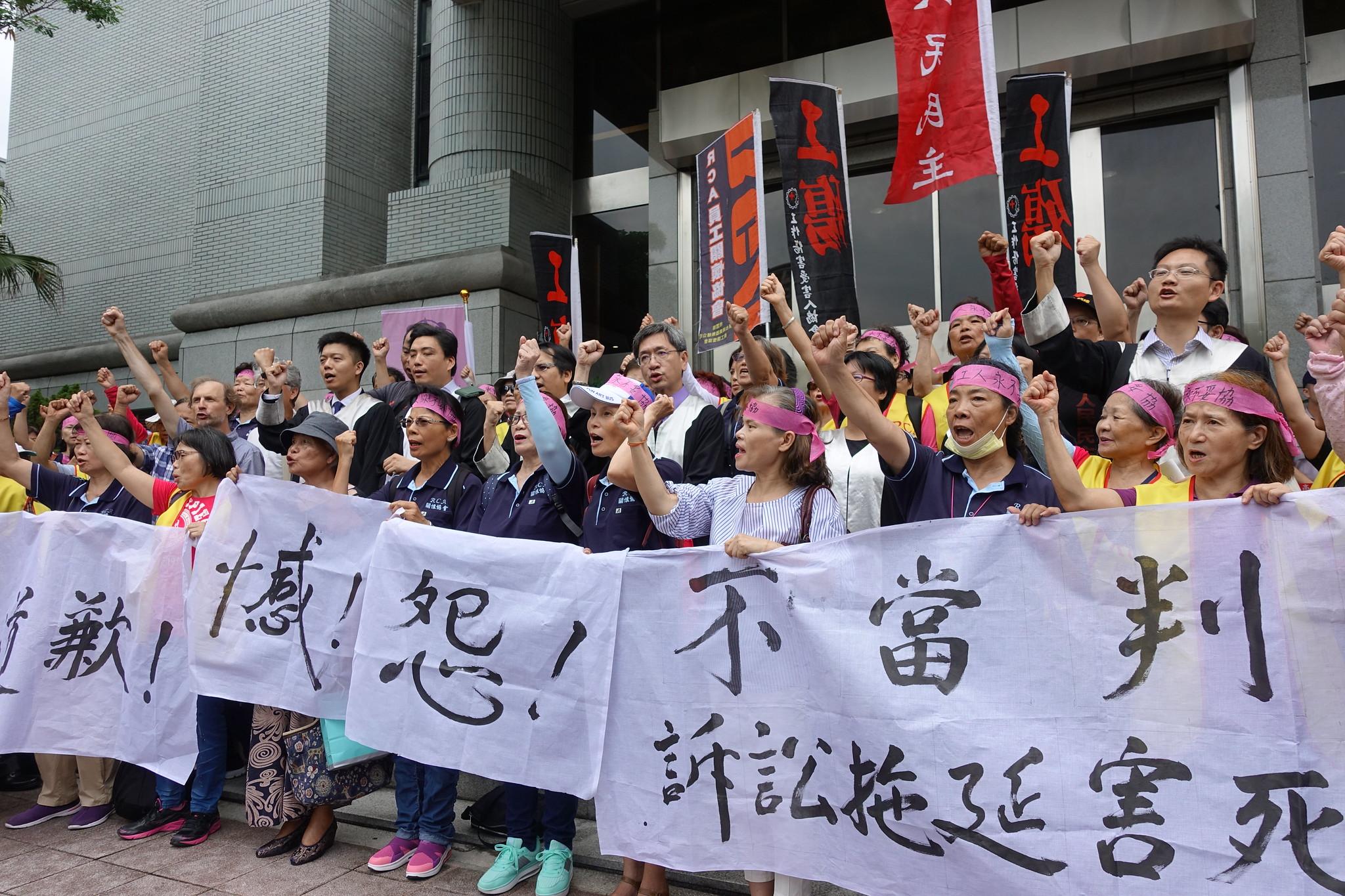 RCA員工、律師團、學者和聲援民眾在最高法院外高呼「我們沒輸!」(攝影:張智琦)