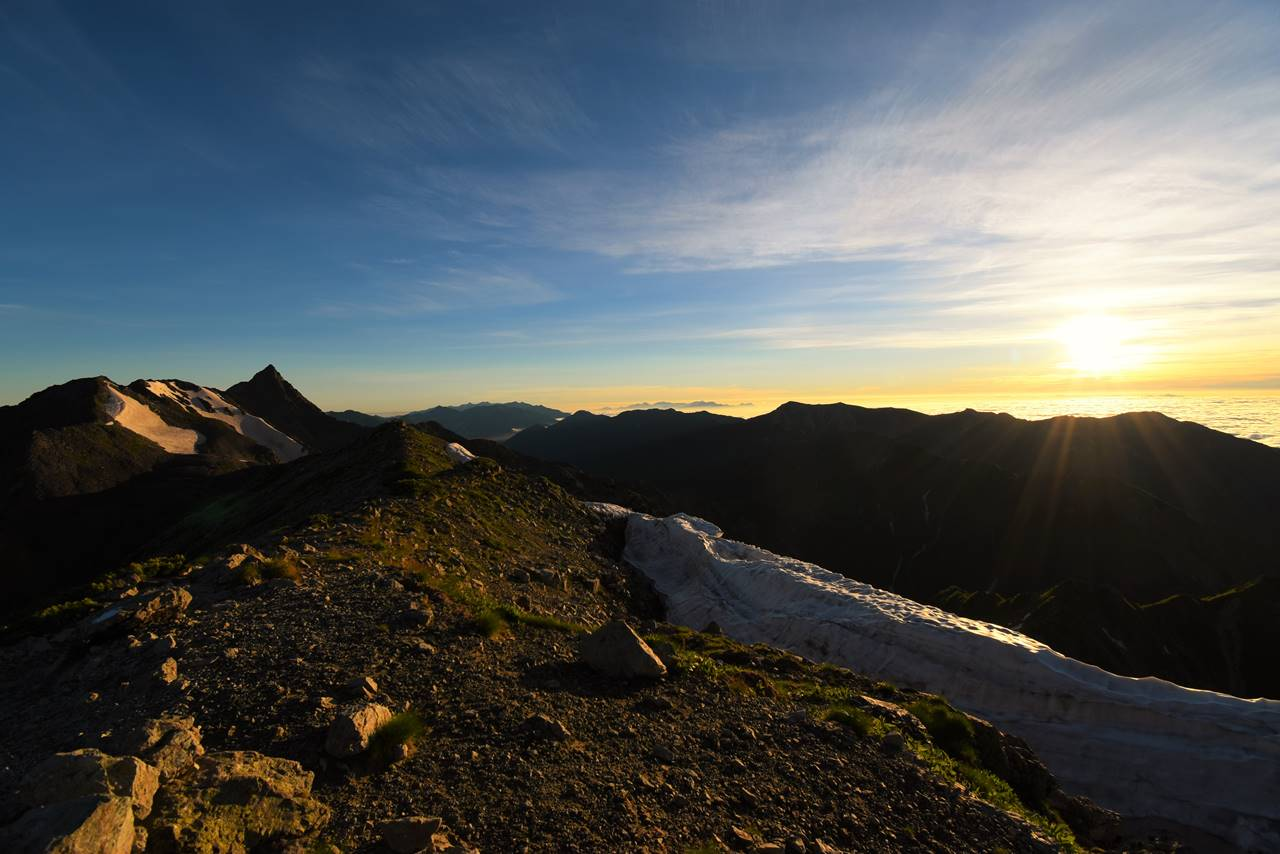 北アルプス・槍ヶ岳と朝日