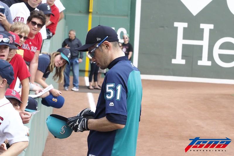 鈴木一朗難得空檔 賽前幫場邊球迷簽名。(駐美特派黃俊隆/波士頓現場拍攝)
