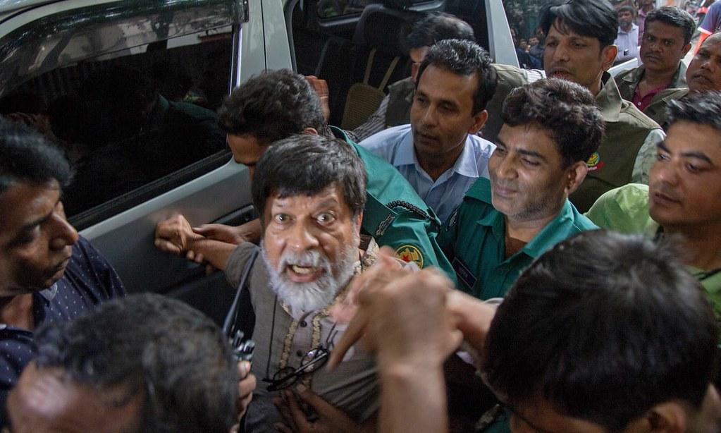 孟加拉摄影师阿拉姆在法庭外遭层层警力戒护。(图片来源:Monirul Alam/EPA)