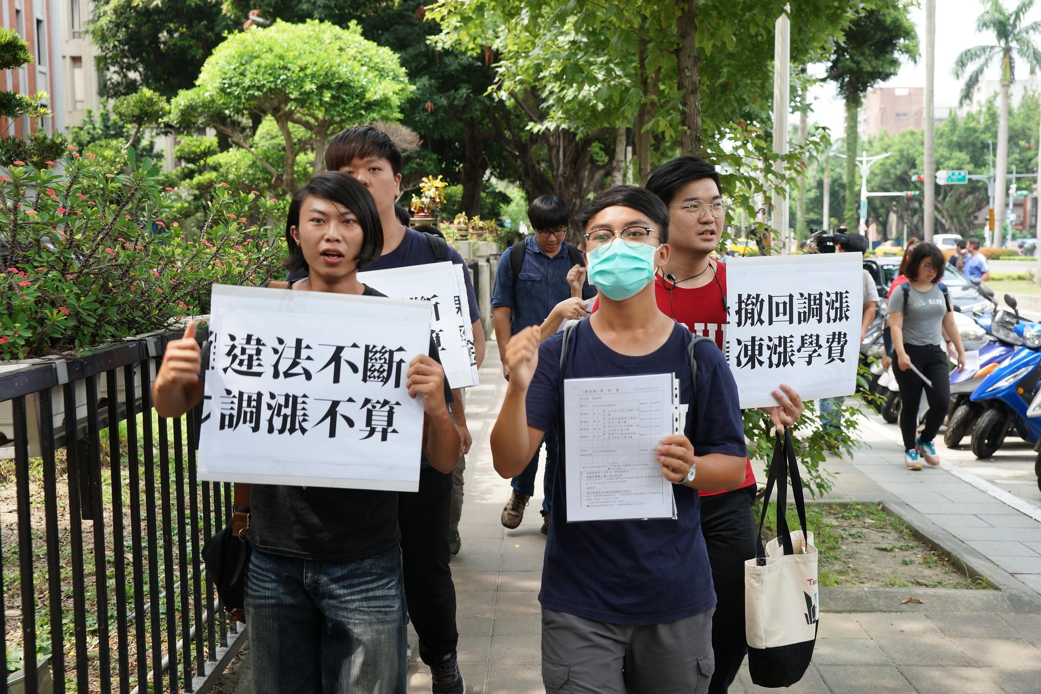 学生在教育部抗议后,步行至监察院要求启动调查。(摄影:王颢中)