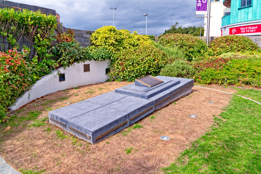 FAMINE MEMORIAL AT THE MacDONAGH JUNCTION SHOPPING CENTRE IN KILKENNY 003