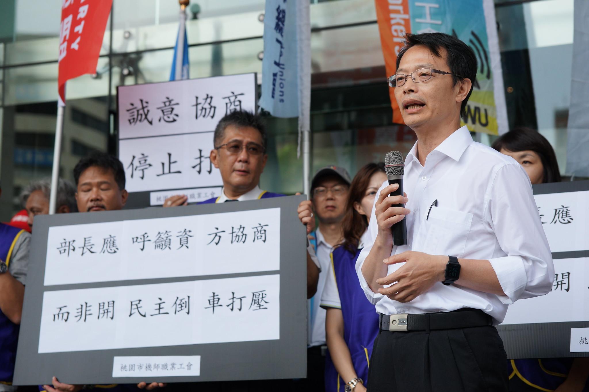 交通部民航局飛航標準組組長林俊良表示,已發函要求兩家航空公司與工會協商。(攝影:王顥中)