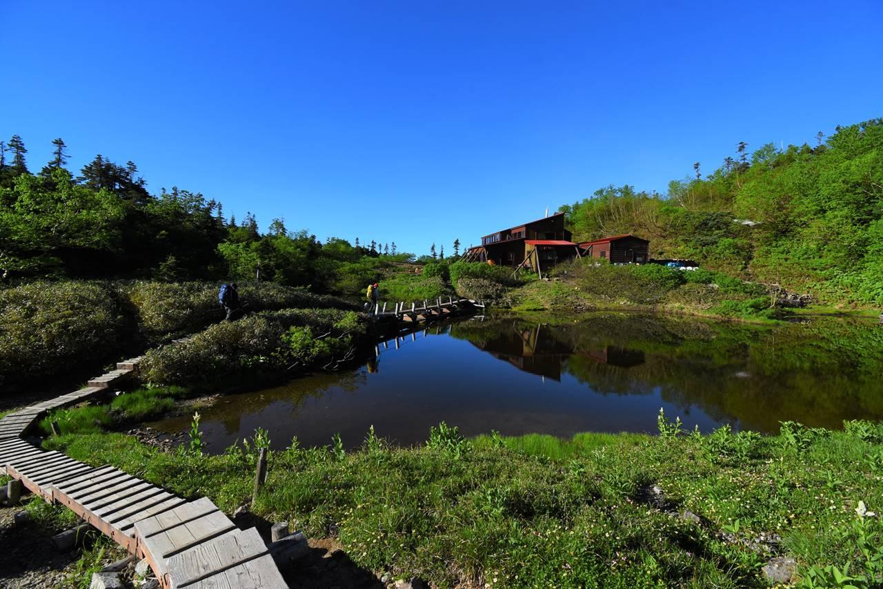 鏡平山荘と池