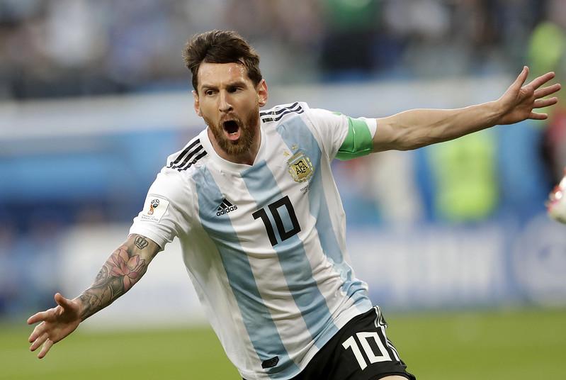 阿根廷球星Lionel Messi從記者贈送的幸運物中得到好運。(達志影像資料照)