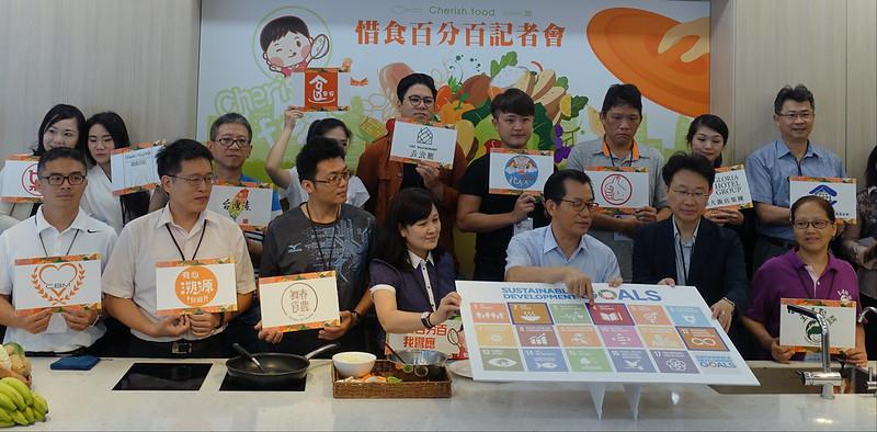 環保署長李應元與20家業者聯手推動惜食概念,迎接三個月後的世界糧食日。賴品瑀攝。