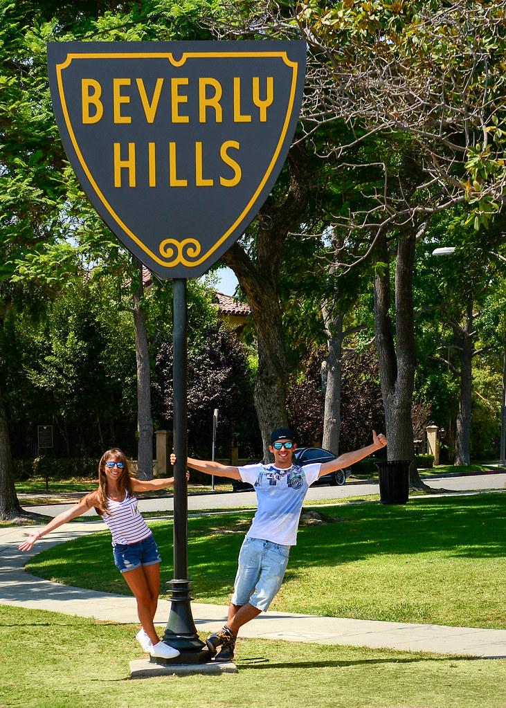 Junto a una de las señales de Beverly Hills