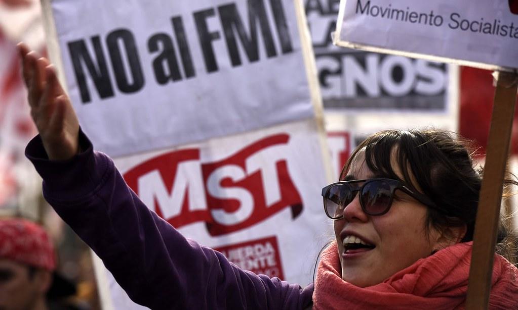 """布宜诺斯艾利斯的示威民众高举写有:""""拒绝国际货币基金""""的标语。(图片来源:Eitan Abramovich/AFP/Getty)"""