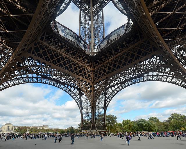 Parte baja de la torre Eiffel donde se hacen las colas para subir