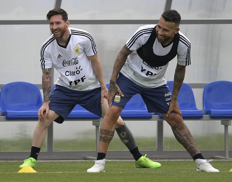 Messi一掃前役陰影,和隊友有說有笑的備戰。(AFP授權)