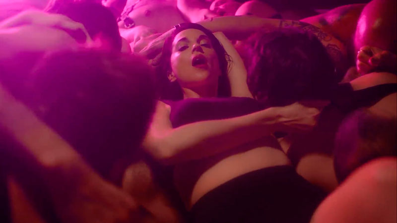 "St. Vincent estrena sensual video para ""Fast Slow Disco"""