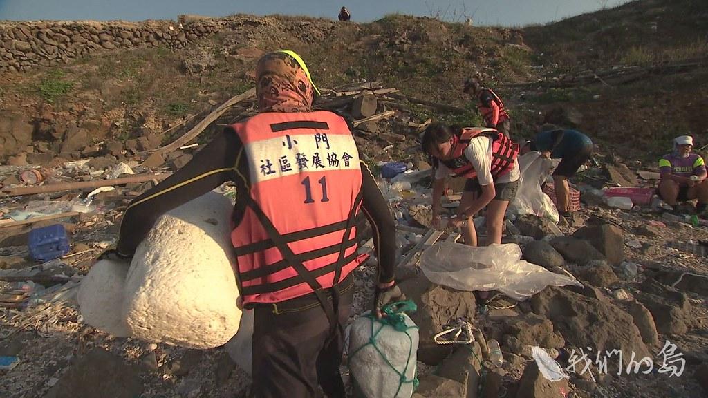 961-2-07s澎湖在地青年發起環保旅行,帶遊客看海邊垃圾、撿垃圾,划著獨木舟觀察小島上的海洋廢棄物。