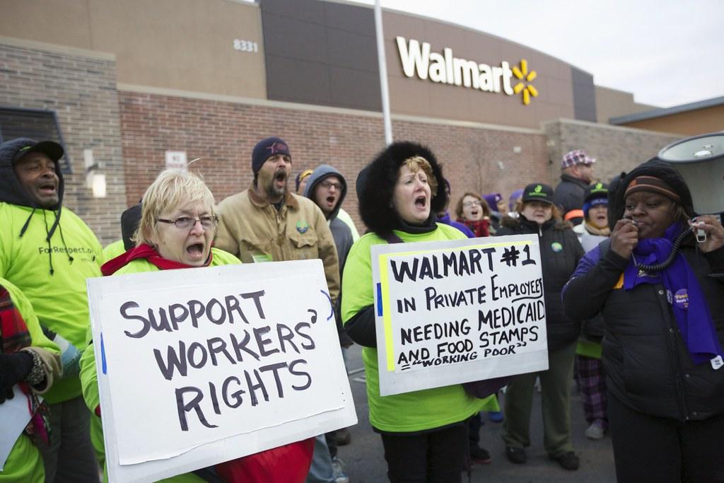 2012年的「黑色星期五」,示威者舉著「支持勞權」的標語,於沃爾瑪前抗議。(圖片來源: