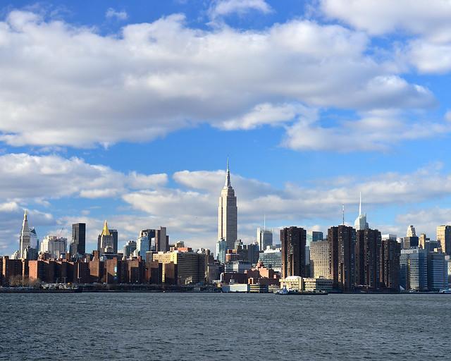 Vistas de todo el skyline de Nueva York desde el River State Park con el Empire State iluminado