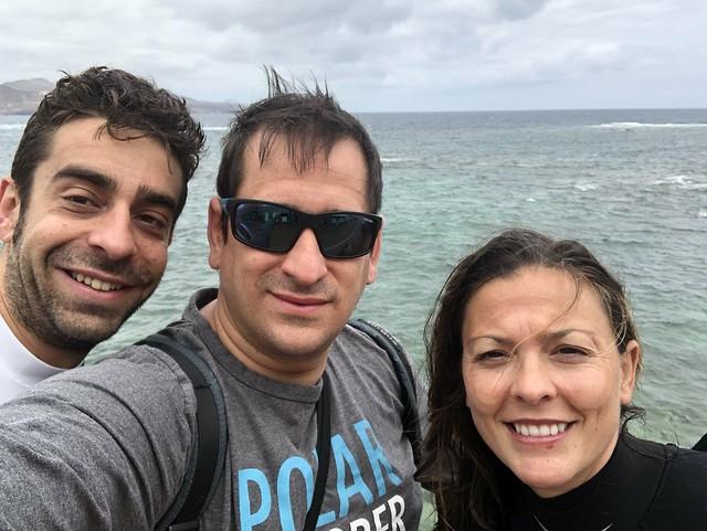 Carlos, Sele y Maite después de tener una experiencia de Snorkeling en la Playa de Las Canteras