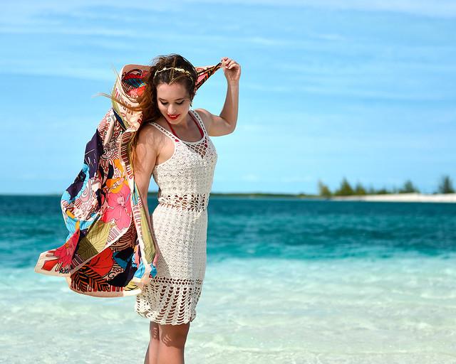 Jugando con un pañuelo de colores en las playas de Cayo Largo del Sur