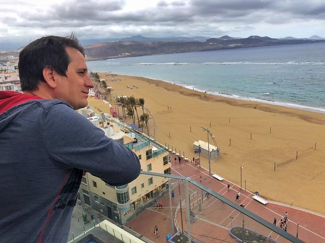 Sele mirando la Playa de Las Canteras desde el Hotel Cristina (Las Palmas de Gran Canaria)