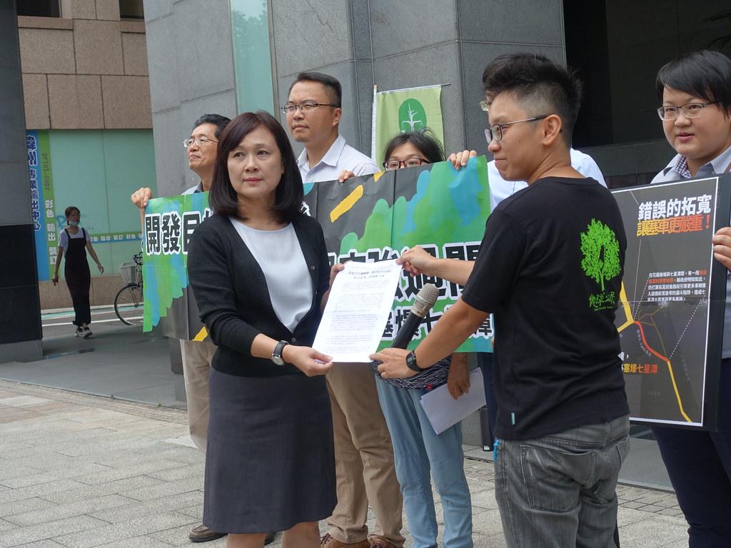 環團與律師向環署提供訴願資料,要求主持正義。