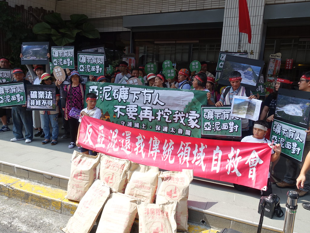 數十名太魯閣族人與聲援民眾26日在亞泥股東會場外抗議。賴品瑀攝。