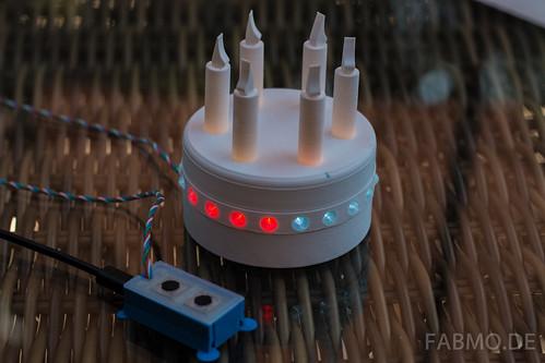 Busy Lamp in Form einer Torte. Die eingebauten LEDs leuchten in verschiedenen Farben.
