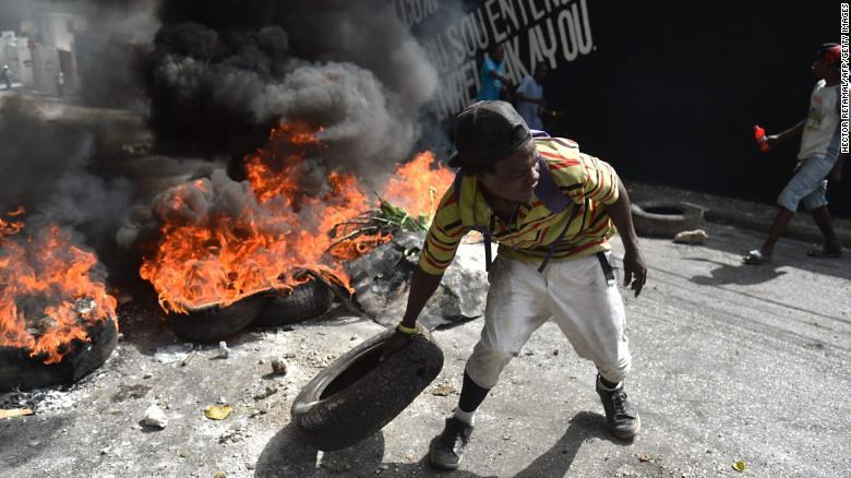 示威者在太子港街头筑起路障,抗议近日海地油价的调涨计画。(图片来源: AFP PHOTO / HECTOR RETAMALHECTOR RETAMAL/AFP/Getty Images)