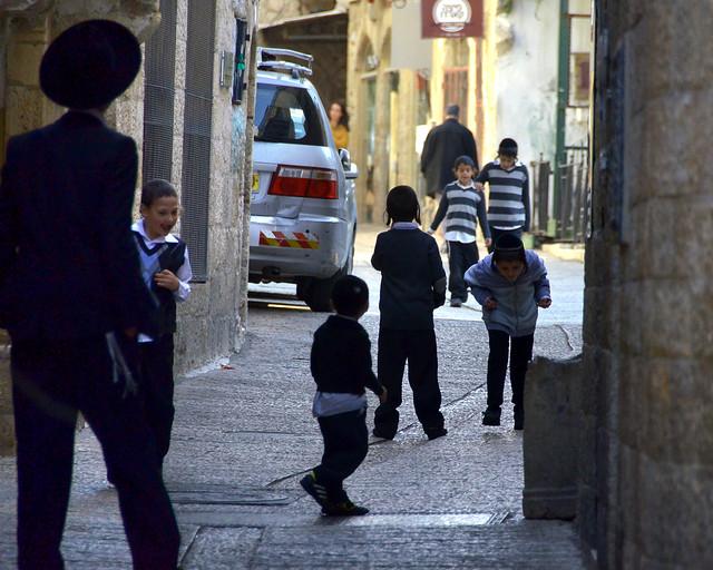 Judíos por las calles de Jerusalén