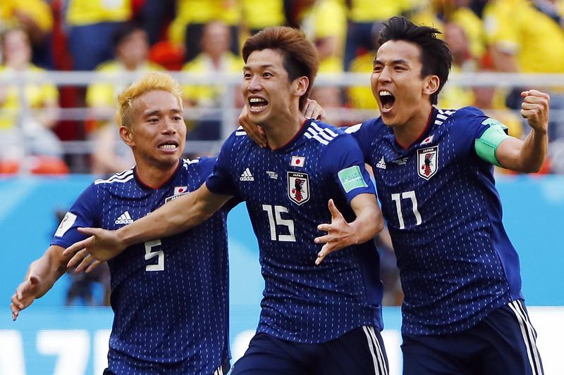 日本隊一擁而上慶祝大迫勇也進球。(AFP授權)