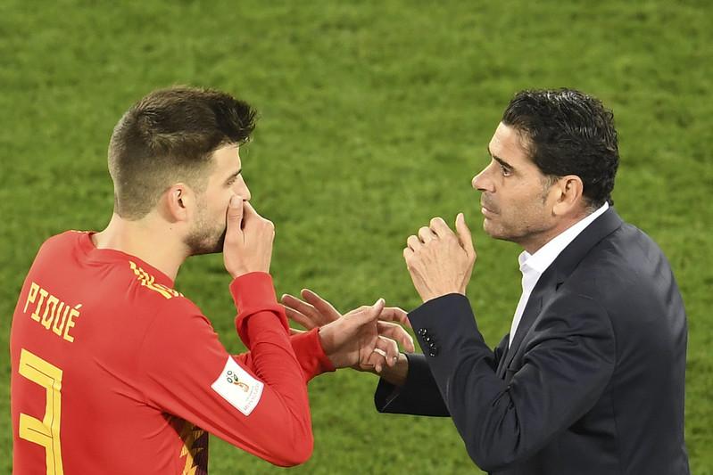 西班牙教頭Fernando Hierro賽中和球員對話。(AFP授權)