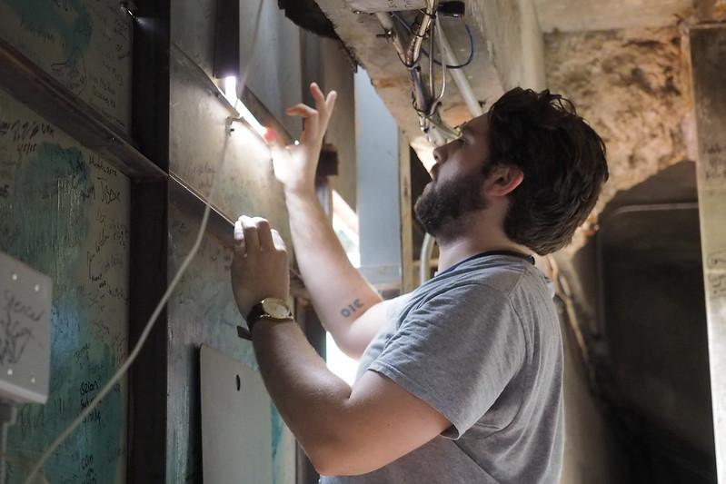 現任工作人員Paul正放上計分板。(駐美特派黃俊隆/波士頓現場攝)