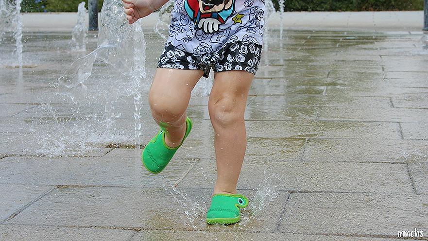 detalle niño jugando con el agua