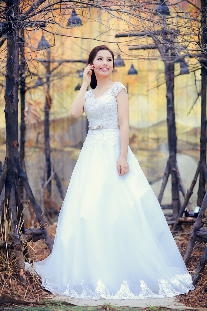 Những mẫu váy cưới cho cô dâu lùn