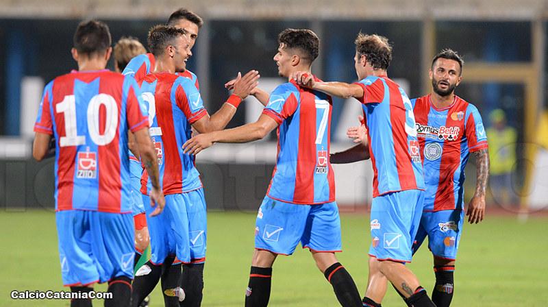 L'esultanza dei rossazzurri per uno dei tre gol rifilati al Como nel primo turno