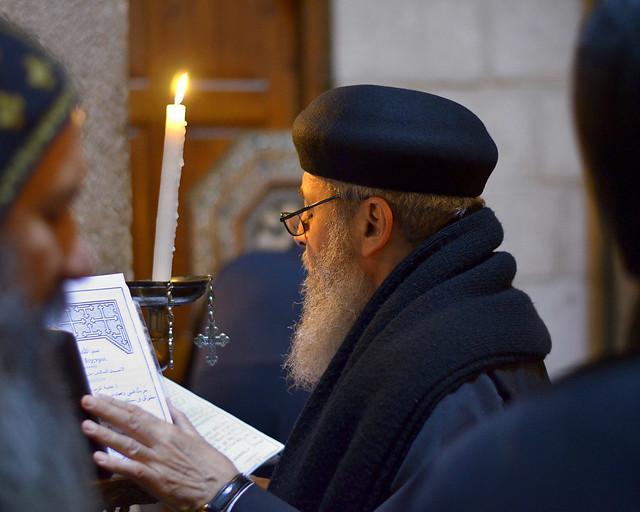 Rezando en la iglesia del Santo Sepulcro de Jerusalén